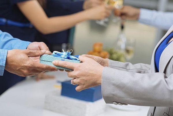 Thời điểm thích hợp để doanh nghiệp tặng quà