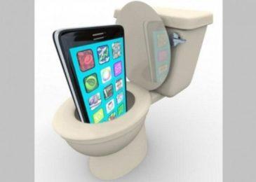 Nguy hiểm khi sử dụng điện thoại, máy tính bảng trong nhà vệ sinh