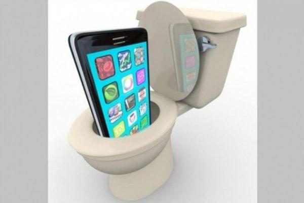 Nguy cơ cho sức khỏe khi sử dụng điện thoại, máy tính bảng trong nhà vệ sinh